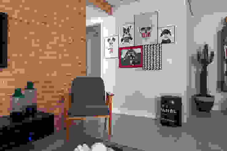 Composição de quadros Salas de estar modernas por Márcio Campos Arquitetura + Interiores Moderno