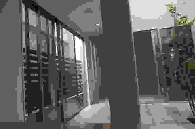 中庭 モダンな庭 の DIOMANO設計 モダン 木 木目調