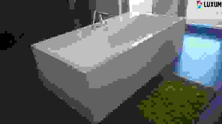 Idealnie dopasowana wanna Nowoczesna łazienka od Luxum Nowoczesny