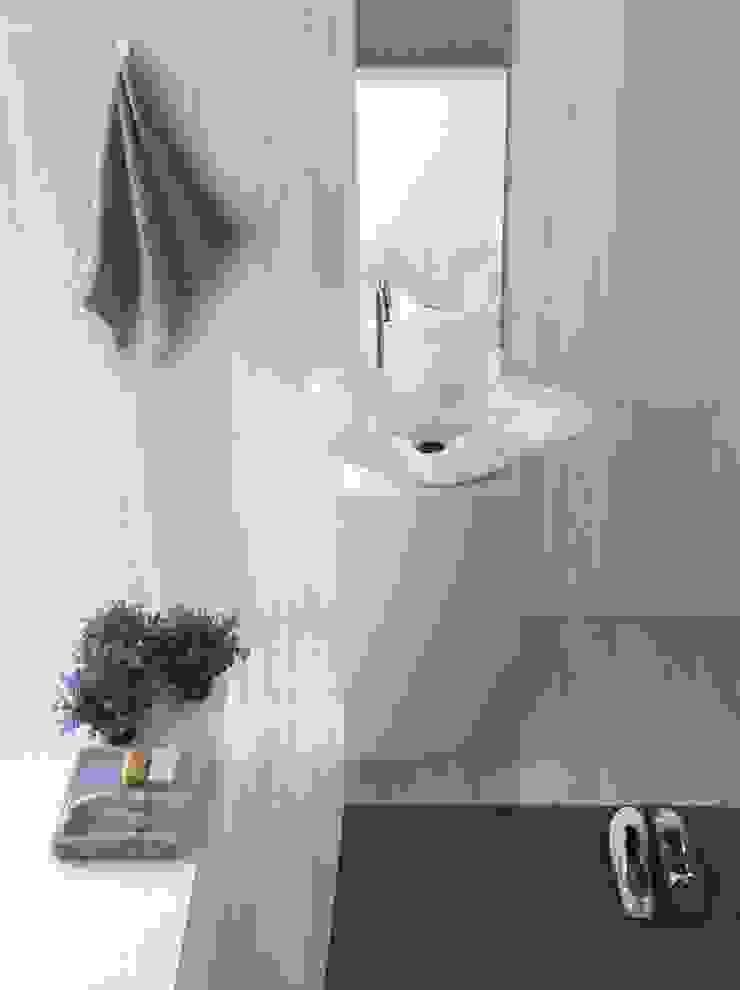 Marble lilies bloom inside bathroom 根據 Kreoo 簡約風 大理石