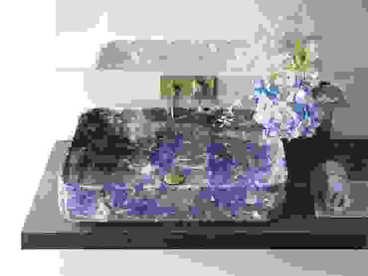 Intense, deep, intriguing, Blue Sodalithe enter Kreoo bathroom world من Kreoo تبسيطي رخام