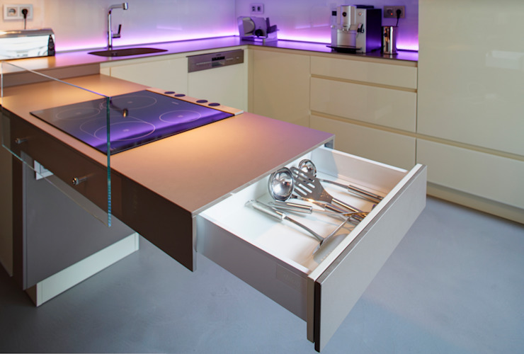 Modern kitchen by Raumgespür Innenarchitektur Design Ilka Hilgemann Modern Glass