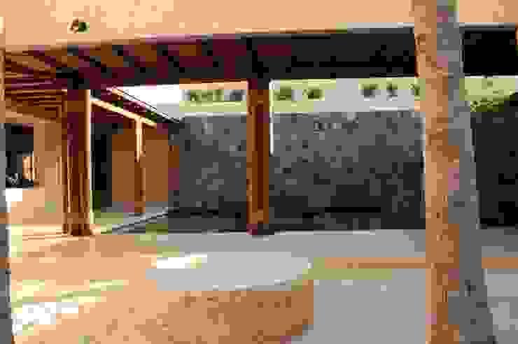 Modern balcony, veranda & terrace by José Vigil Arquitectos Modern