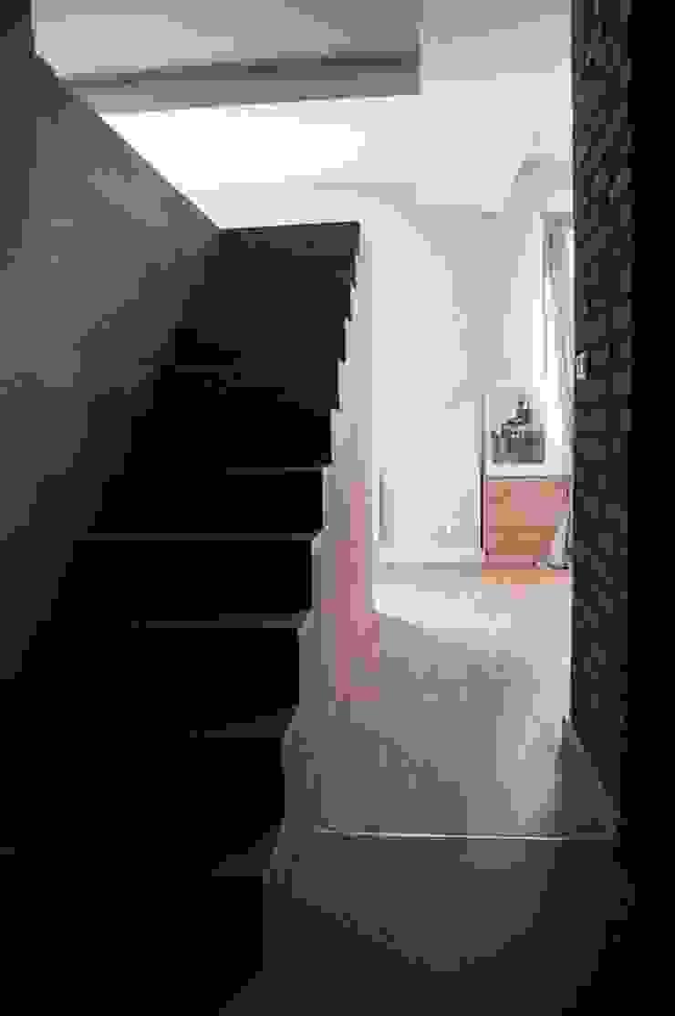 Pasillos, vestíbulos y escaleras minimalistas de enem.studio Minimalista