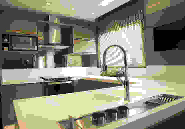 Cozinha Fendi Cozinhas modernas por Suelen Kuss Arquitetura e Interiores Moderno MDF