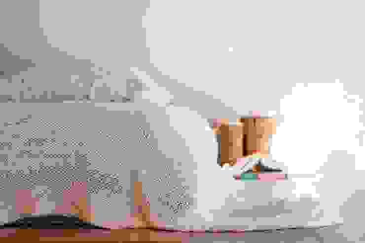 Dormitorios minimalistas de enem.studio Minimalista