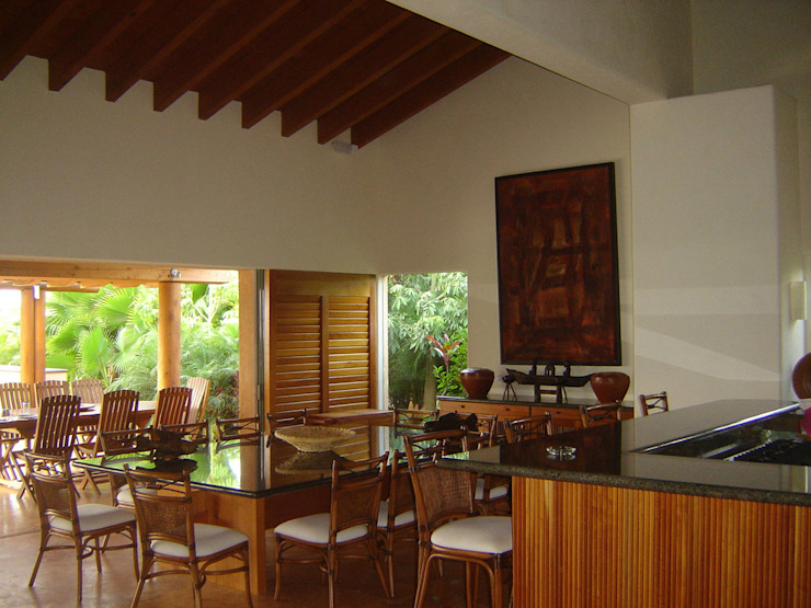 Tropical style dining room by José Vigil Arquitectos Tropical