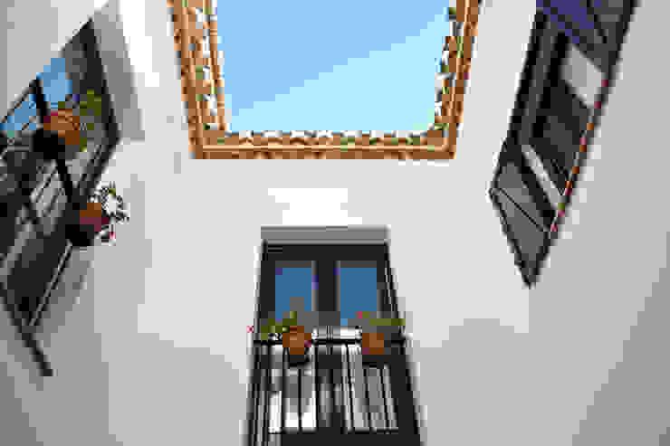 Casa Hazewinkel Balcones y terrazas de estilo mediterráneo de Domingo y Luque Arquitectura Mediterráneo Cerámico