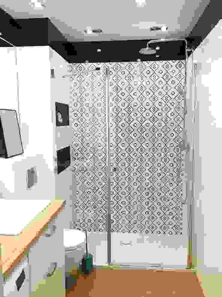 Graficzna szarość Skandynawska łazienka od PTW Studio Skandynawski