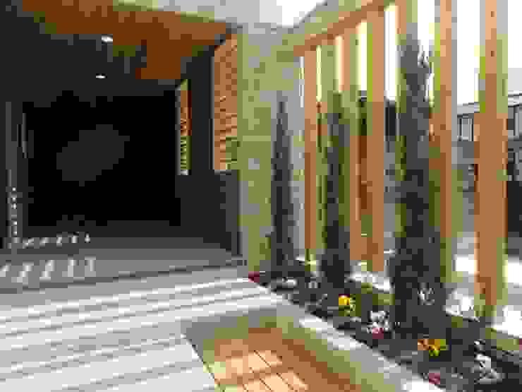 リビング横 モダンな庭 の DIOMANO設計 モダン 木 木目調