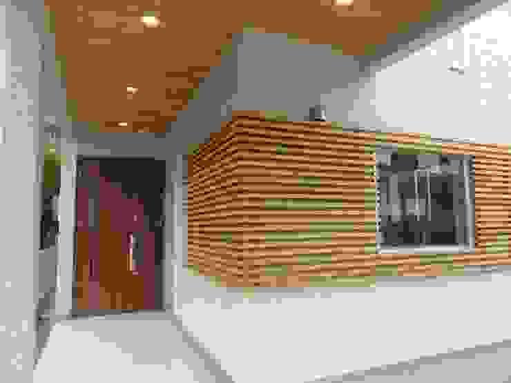 玄関 モダンな 家 の DIOMANO設計 モダン 木 木目調