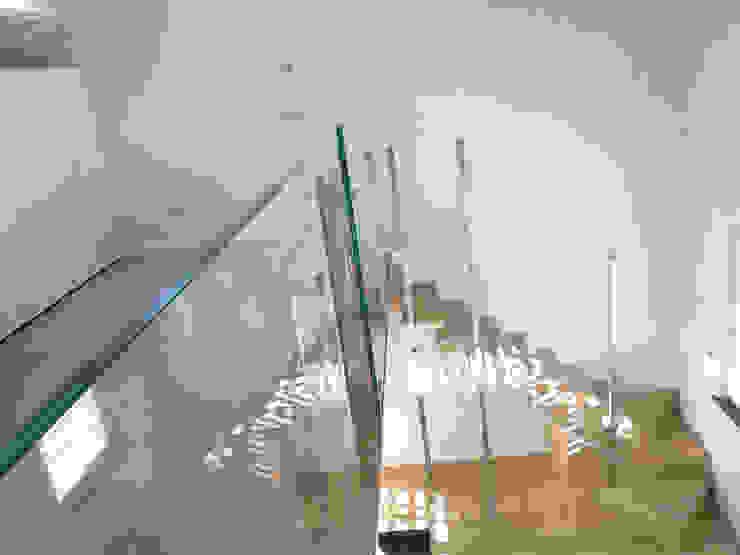 ห้องโถงทางเดินและบันไดสมัยใหม่ โดย Marlegno โมเดิร์น