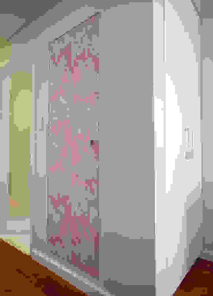 Modern Corridor, Hallway and Staircase by LUB Arquitetura - Luiza Bassani Modern