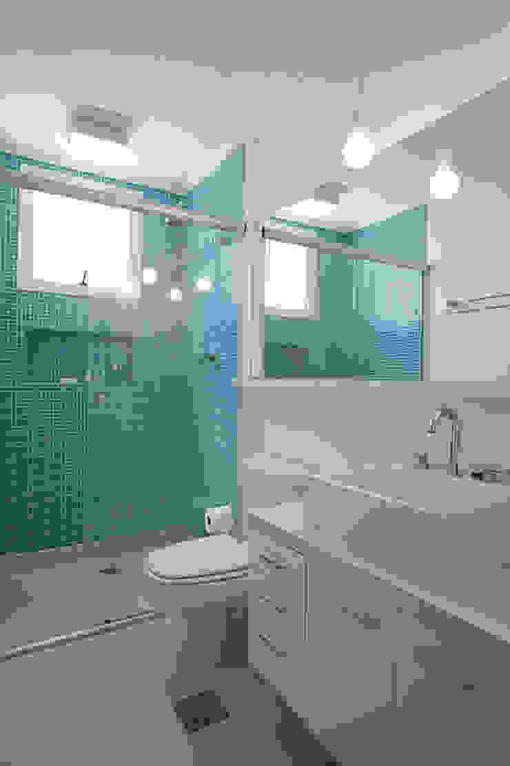 Modern Bathroom by LUB Arquitetura - Luiza Bassani Modern Glass