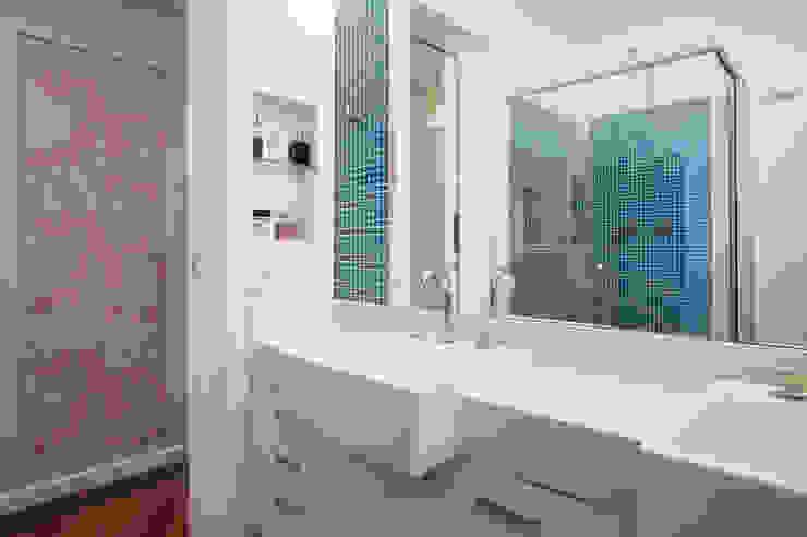 Modern Bathroom by LUB Arquitetura - Luiza Bassani Modern