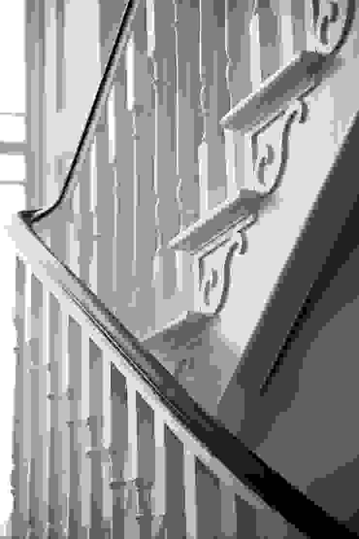 Luxury Style Suburban Mansion Коридор, прихожая и лестница в классическом стиле от Des Ewing Residential Architects Классический