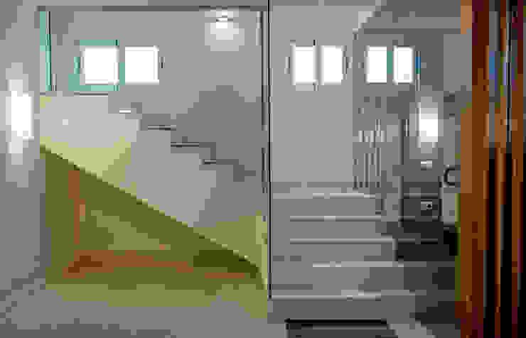 SOTANO EN ZAFRA Pasillos, vestíbulos y escaleras de estilo moderno de SENZA ESPACIOS Moderno