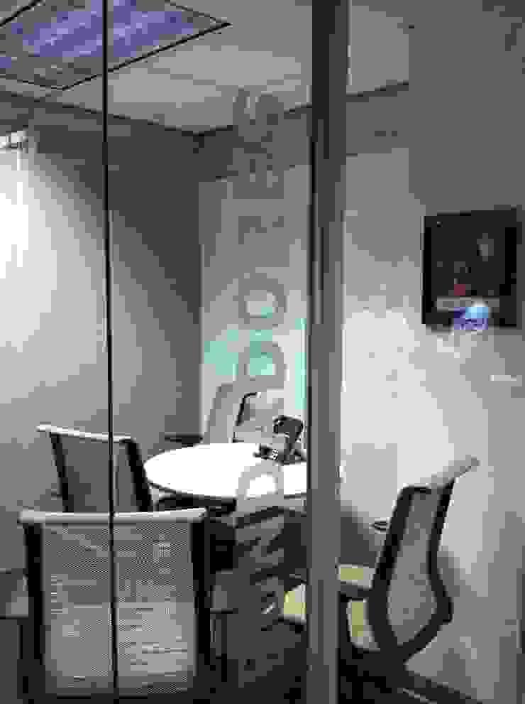 KANSAS CITY Puertas y ventanas modernas de Liferoom Moderno