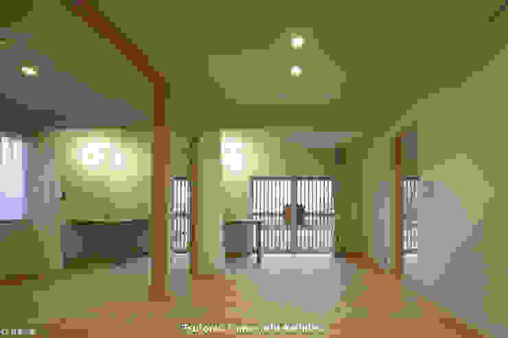 とけあういえ 山道勉建築 北欧スタイルの 温室 木 白色