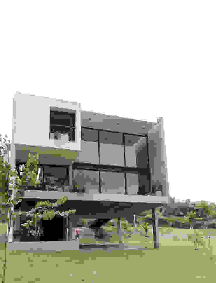 Contrafrente hacia el cerro. Casas minimalistas de jose m zamora ARQ Minimalista Vidrio