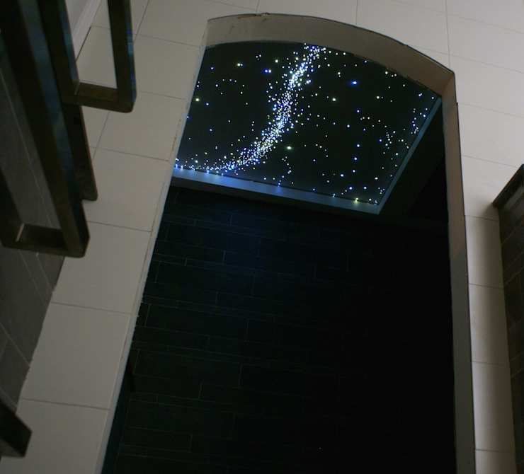 ​Fiber Optic Star Ceiling Lights for the bathroom, bedroom a realistic Starry Night Sky in the Sauna, Spa, wellness resort center. Moderne badkamers van MyCosmos Modern Hout Hout