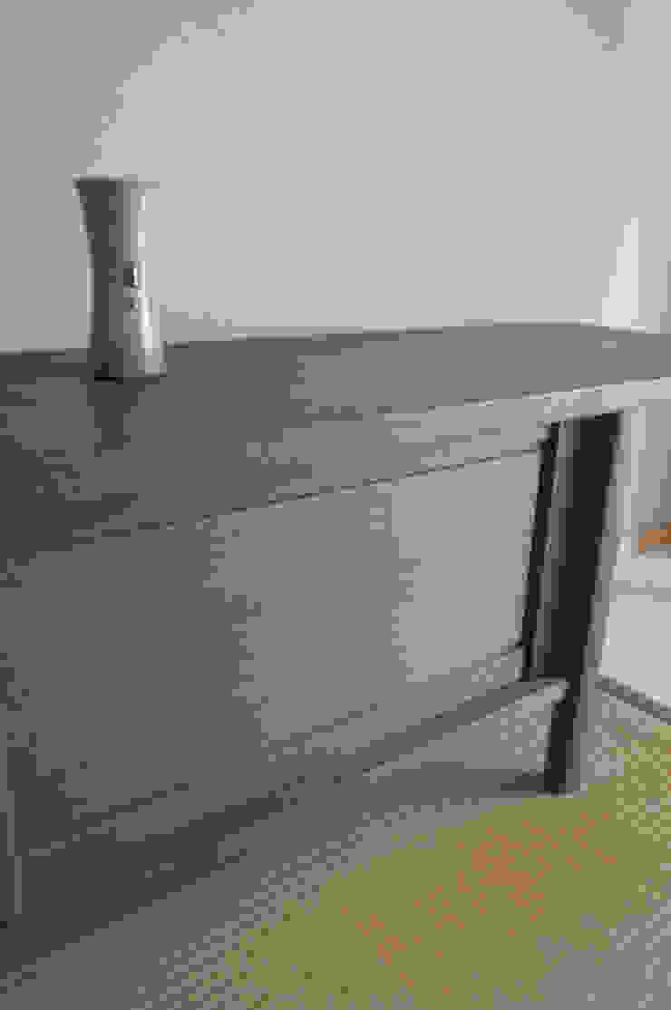 墨染めの棚 Sumizome Board: Masahiro Goto Furnitureが手掛けた折衷的なです。,オリジナル 木 木目調