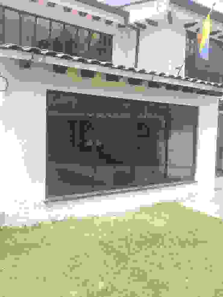 Aluminios en Ventanas y Puertas Puertas y ventanas de estilo moderno de JPM Aluminios Bogotá Moderno