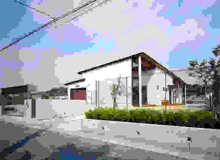 House of the big roof モダンな 家 の Sakurayama-Architect-Design モダン