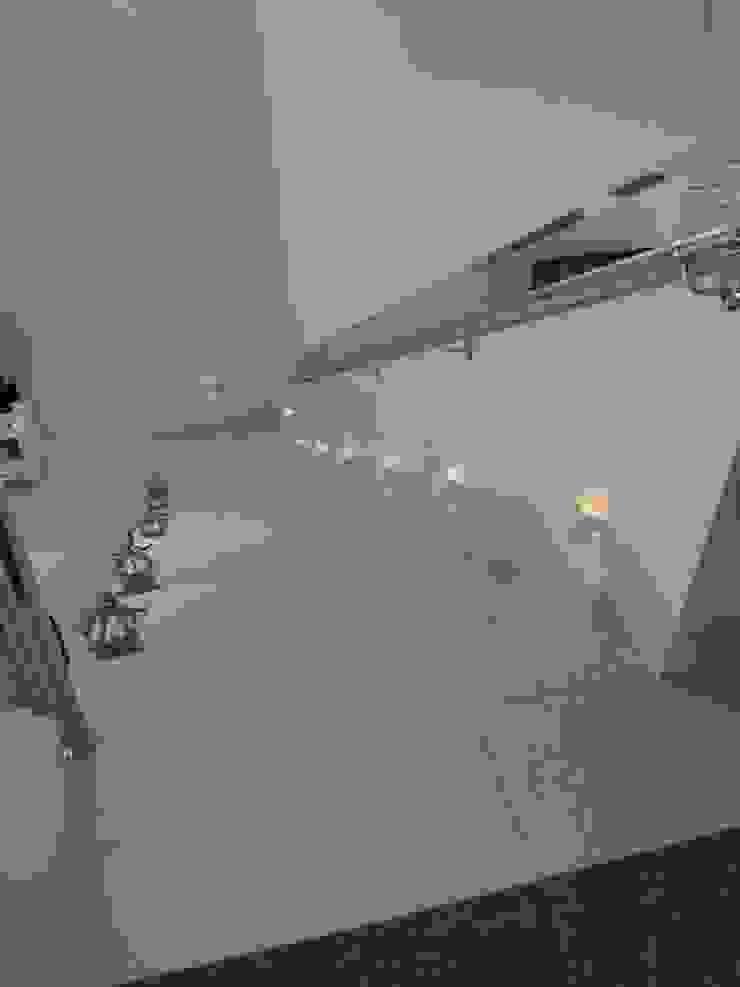 Casa Serra dos Cristais – Cajamar / SP Corredores, halls e escadas modernos por Carolina Bernardi Arquitetura Moderno
