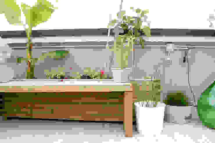 Panca su misura con fioriera Atelier delle Verdure Balcone, Veranda & Terrazza in stile eclettico Legno