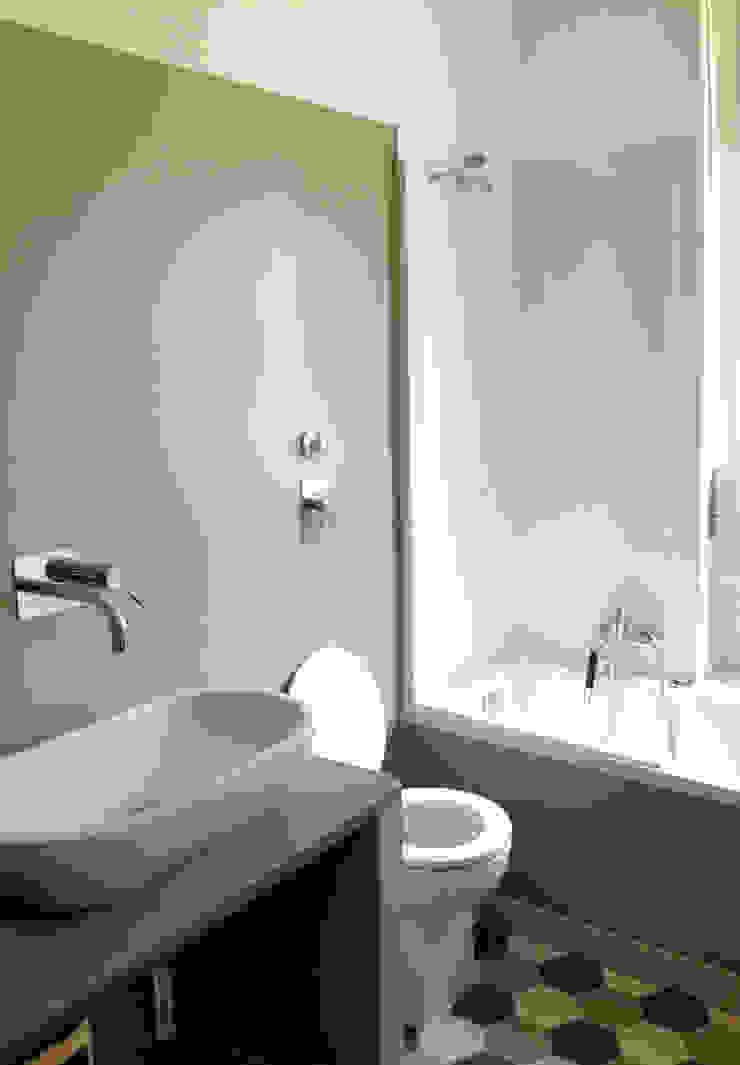 Ванная комната в стиле минимализм от Atelier delle Verdure Минимализм