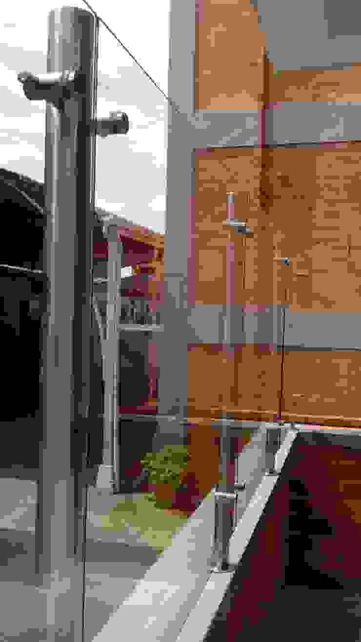 Cerramiento de espacio en balcón de Glazier Soluciones Arquitectónicas Integrales Moderno Vidrio