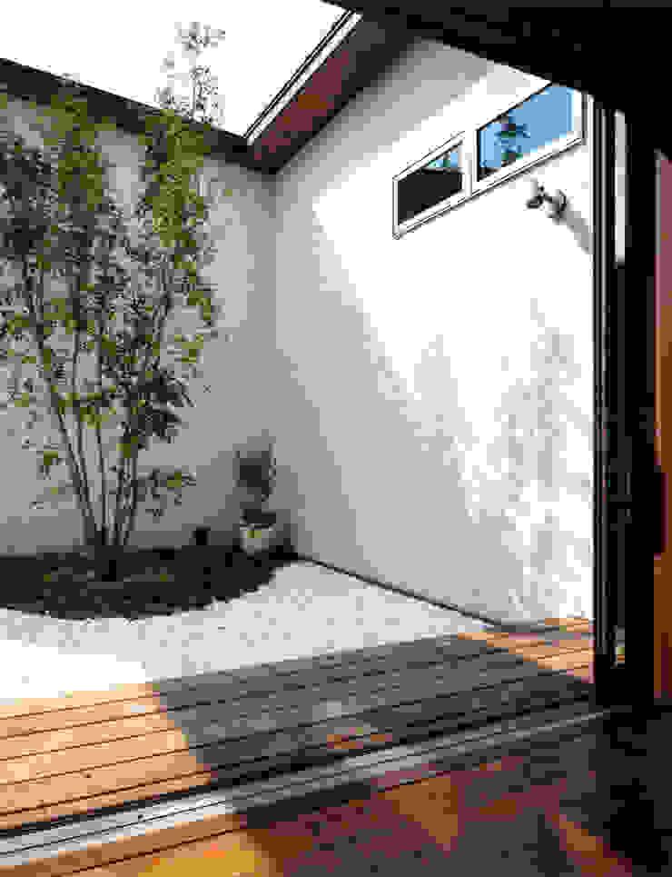 House of the big roof モダンな庭 の Sakurayama-Architect-Design モダン