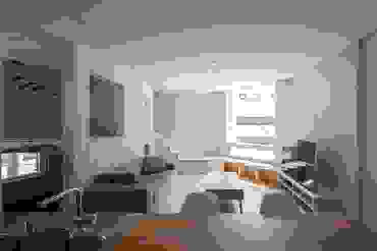 宮の沢の家: 富谷洋介建築設計が手掛けたリビングです。