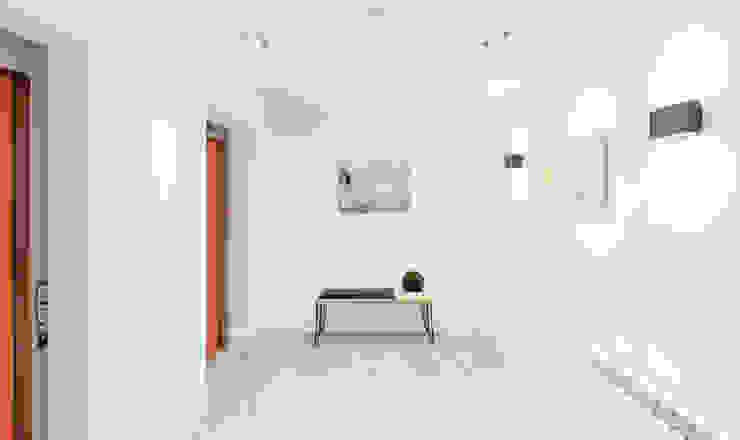 Studio Living by WN Interiors WN Interiors + WN Store Modern corridor, hallway & stairs