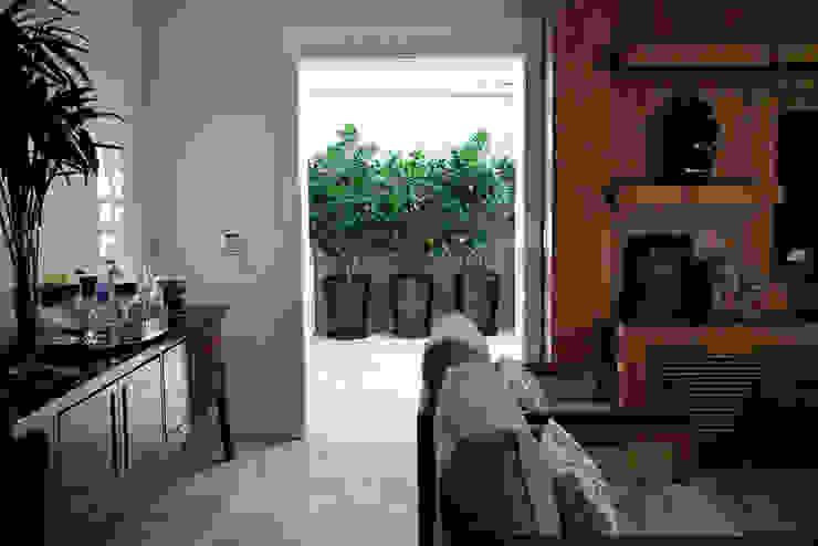Pinheiros โดย Camila Vicari Arquitetura da Paisagem โมเดิร์น