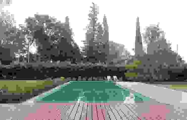 Classic style pool by Estudio Cavadini Classic
