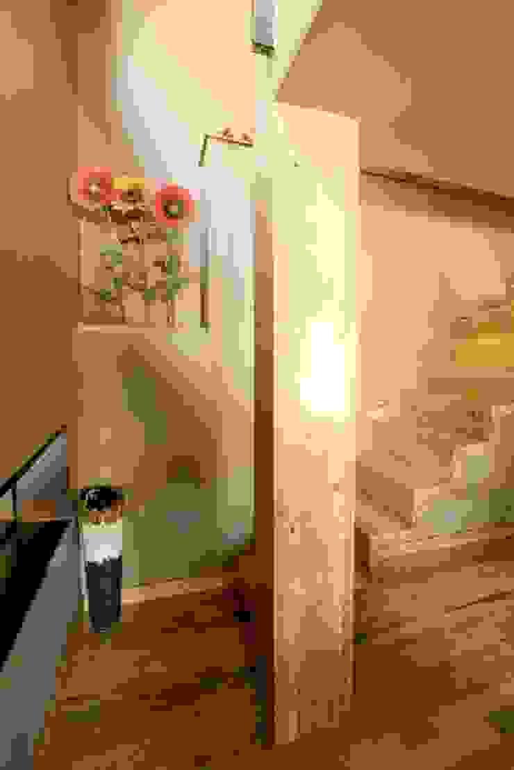 Kiko House Modern Corridor, Hallway and Staircase by RH Casas de Campo Design Modern