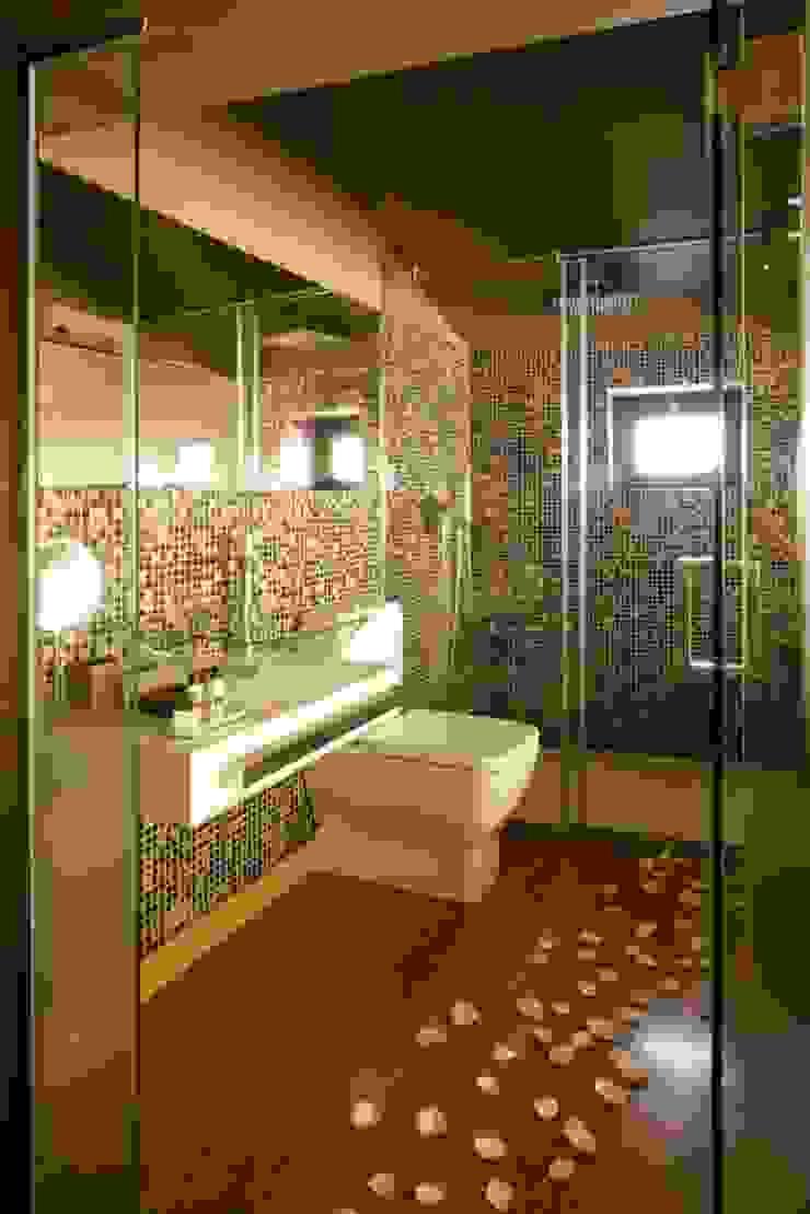 Kiko House Modern bathroom by RH Casas de Campo Design Modern