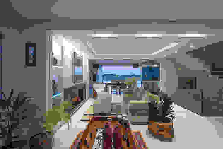 Salas de estilo  por Ronald T. Pimentel Fotografia, Tropical