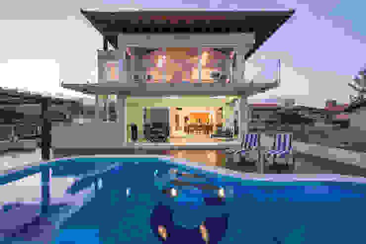 Дома в тропическом стиле от Ronald T. Pimentel Fotografia Тропический