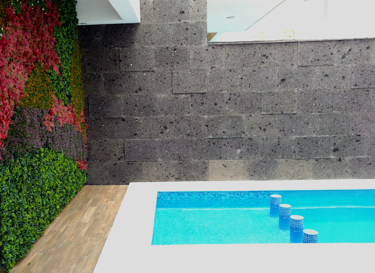 Tropical style pool by JUAN CARLOS ROJAS ARQUITECTOS Tropical Stone