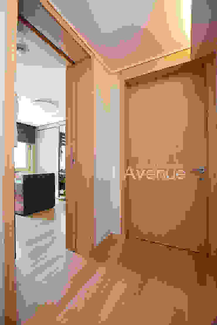 モダンスタイルの 玄関&廊下&階段 の 퍼스트애비뉴 モダン