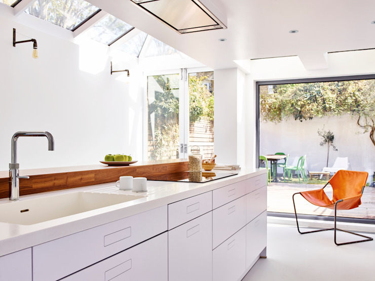 Bright light & white Holloways of Ludlow Bespoke Kitchens & Cabinetry Cocinas de estilo minimalista Madera Blanco