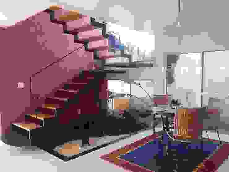 Residência Unifamiliar em Ribeirão Preto: Corredores e halls de entrada  por Graziella Corrado Arquitetura