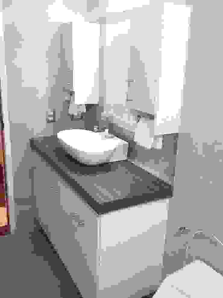 Baños modernos estilo Mediterráneo Grupo Creativo DF, C.A. BañosSanitarios Tablero DM Blanco