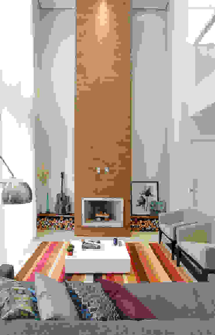 Modern living room by Híbrida Arquitetura, Engenharia e Construção Modern