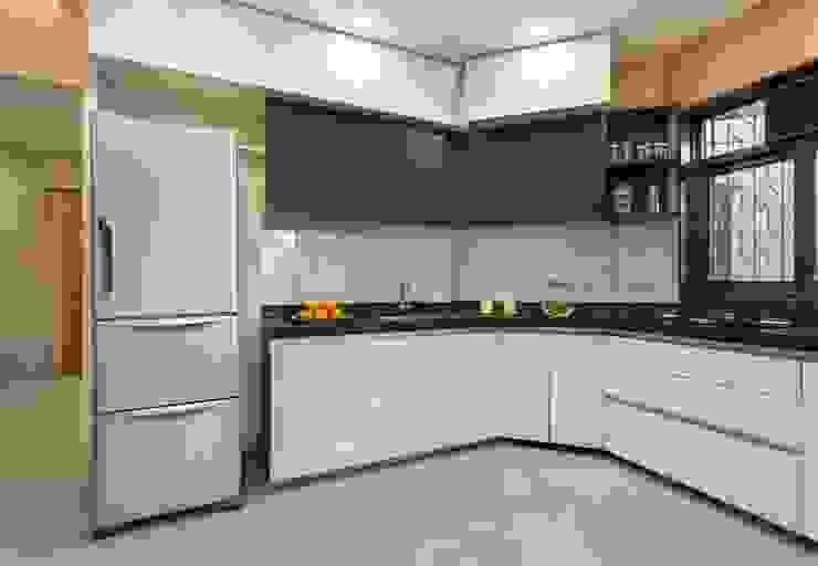 JANKI KUTIR APARTMENT Modern kitchen by The design house Modern