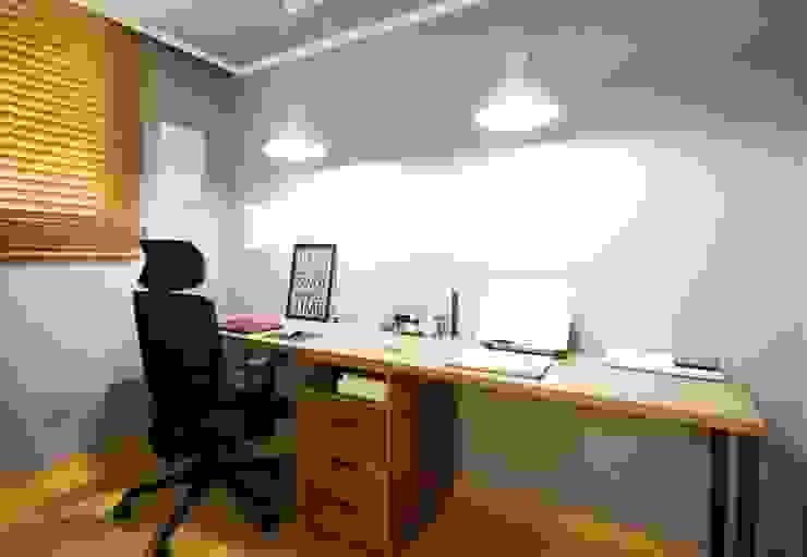 25평형 신혼집 홈 스타일링 : homelatte의  서재 & 사무실,북유럽