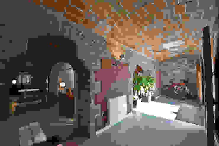 Restauración Loft Pasillos, vestíbulos y escaleras de estilo clásico de APRIS GESTIÓ TÈNICA DE SERVEIS, SL Clásico